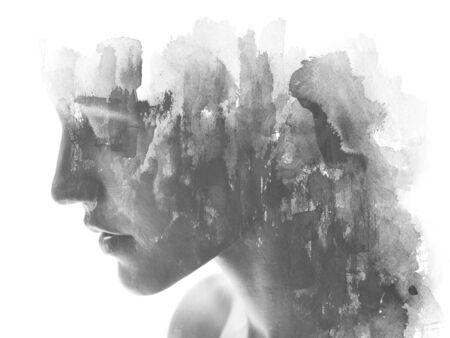 Pittura. Esposizione doppia. La fotografia del ritratto di profilo si fonde con la pittura a inchiostro nero fatta a mano su sfondo bianco
