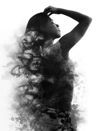 Pittura. Esposizione doppia. Fotografia del ritratto di profilo di ragazza in forma in posa con la mano sulla testa e la schiena di fronte alla telecamera, si fonde con la pittura a inchiostro nero fatta a mano su sfondo bianco Archivio Fotografico