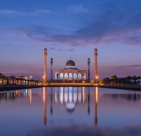 pattani thailand: Mezquita blanca en el sur de Tailandia Foto de archivo