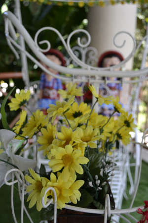 handle bars: Trike decorada con flores y cer�mica Costa-up flores Foto de archivo