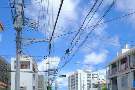 Système électrique pour une utilisation dans la ville du Japon avec fond de nuages et de ciel bleu. Lumière de bureau