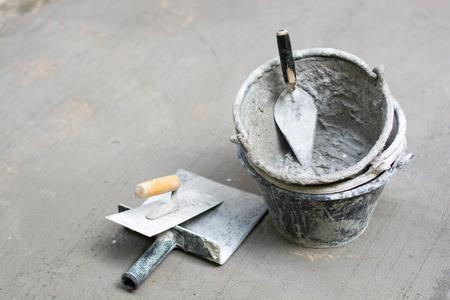 Outils, ciment, réservoirs de nettoyage, Gyan plâtre, gris béton.