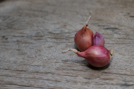 red onions: Shallots for cooking Put on the wood floor in the kitchen.