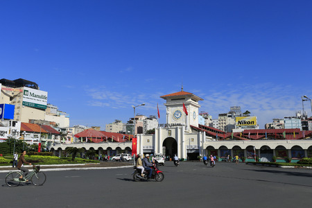 dominacion: HO CHI MINH, Vietnam - alrededor de-SEP-2014: el mercado de Ben Thanh en el parque Quach Thi Trang en Ho Chi Minh (Saigón). mercado de Ben Thanh, construido en la dominación francesa y el símbolo de la ciudad de Ho Chi Minh