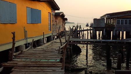 fischerei: Alte Holzbrücke in der Fischerei Dorf in den Sonnenuntergang Lizenzfreie Bilder