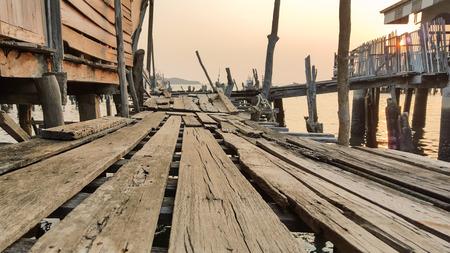 fischerei: Alte Holzbr�cke in der Fischerei Dorf in den Sonnenuntergang Lizenzfreie Bilder