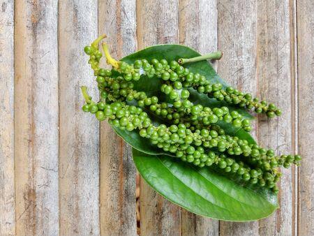 Green peppercorn on the leaf background 免版税图像