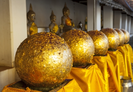 ambiance: Goden Balls stick with gold leaves
