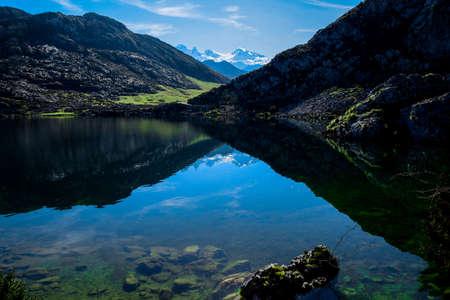 wonderful outdoor forest, high lake landscape mountains Foto de archivo