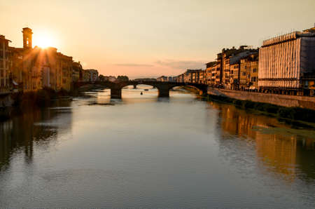 Sunset in Florence over the Arno river bridge, Tuscany, Italy Standard-Bild