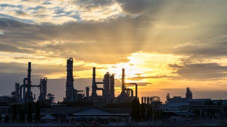 Elektrische centrale met gas turbine bij zonsondergang met oranje lucht