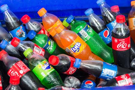 Bangkok, Tailandia - 5 de octubre de 2017. Disposición de Pepsi andCoca-Cola, Sprite y Fanta Drink. Todas las bebidas son producidas y fabricadas por The Coca-Cola Company, una corporación multinacional estadounidense de bebidas. Editorial