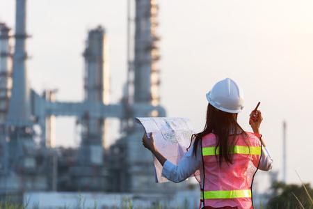 女性エンジニアと発電所の新しいプロジェクトに取り組む, エンジニアコンセプト, 専門家, 安全, 業界
