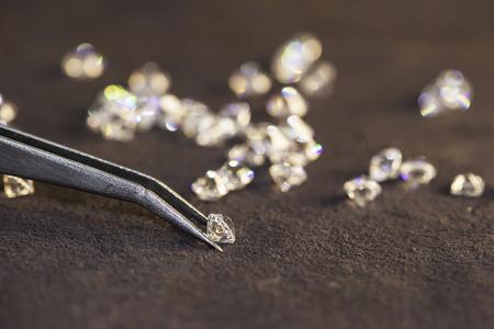 Diamond with tweezers and magnifier.Gemstone Beauty Banco de Imagens