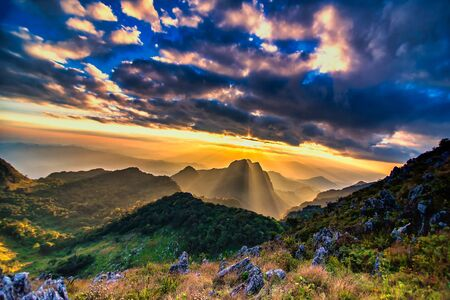 Sunset or evening time with blue sky and sunray or sunbeam at Doi Luang Chiang Dao, Chaingmai, Thailand. Banque d'images