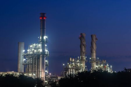 Industrial view Oil refinery and oil tanks plant during at twilight. Banque d'images