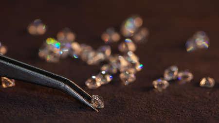 Diamond with tweezers and magnifier.Gemstone Beauty 版權商用圖片