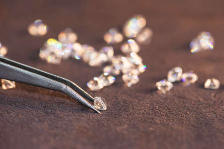 Diamond with tweezers and magnifier.Gemstone Beauty Banque d'images
