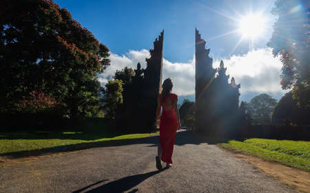 Happy woman staying in temple gates of heaven . Lempuyang Luhur temple in Bali, Indonesia. Banque d'images
