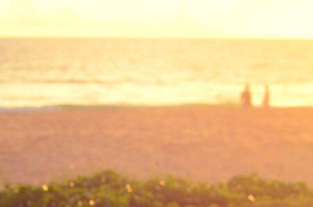 persone relax: Sfocatura persone a rilassarsi sulla spiaggia tropicale al tramonto concetto background.Travel astratto.