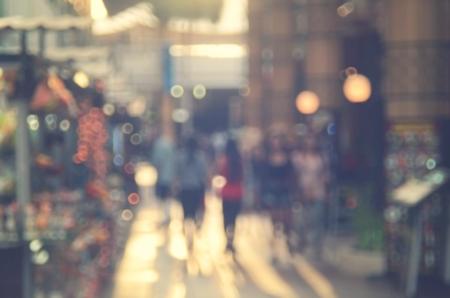 ショッピング センター モールの抽象的な背景を歩いて人々 をぼかし。レトロなカラー スタイル。