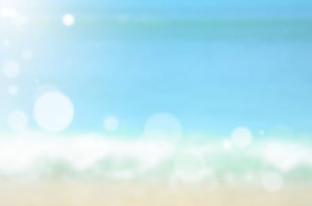 太陽光の抽象的な背景を持つ熱帯のビーチをぼかし。旅行の概念。 写真素材