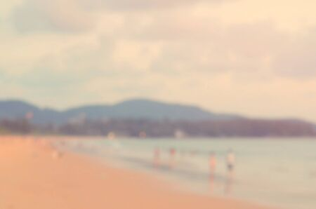 persone relax: Blur le persone a rilassarsi sulla spiaggia tropicale al tramonto stile astratto colore background.Travel concept.Retro.
