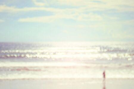 抽象的な背景のボケ味の波とビーチで男をぼかし。ビンテージ カラー スタイル。