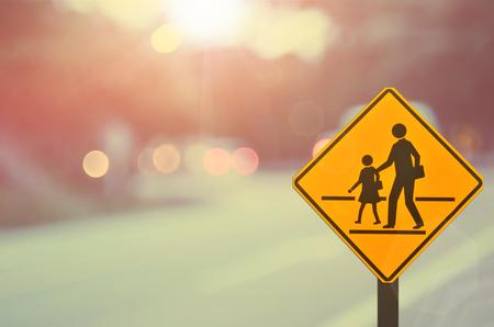 Signe de l'école. Signe de la route sur flou abstrait de route. Style de couleur rétro.