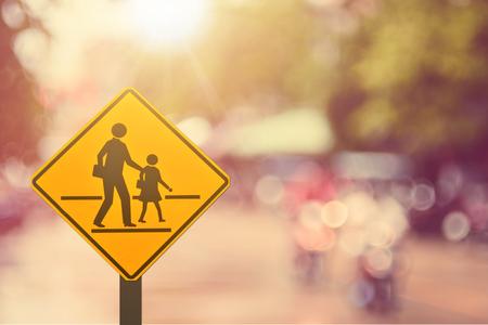 学校の標識です。道路標識は、道路抽象的な背景をぼかし。レトロなカラー スタイル。