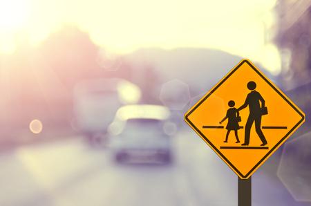 paso peatonal: Escuela sign.Traffic señal de tráfico en la carretera desenfoque de fondo abstracto. Foto de archivo