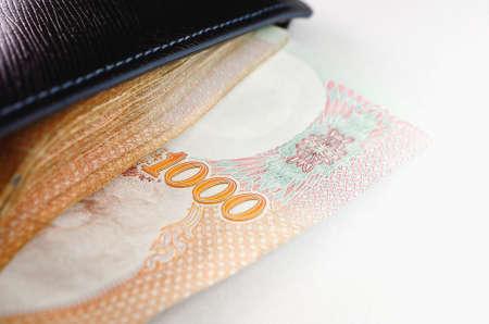 mucho dinero: Cerca de una gran cantidad de dinero en la billetera.