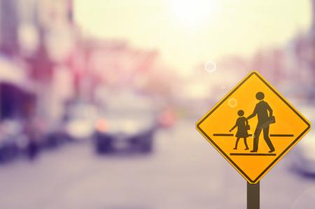 学校のサインオンは、交通道路背景をぼかし。レトロなカラー スタイル。