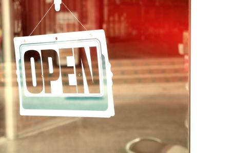 オープン サインのカフェでガラスのドアに掛かっています。レトロなカラー スタイル。