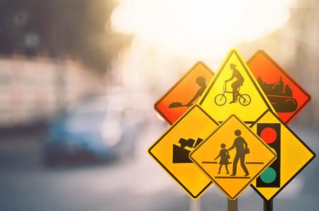 トラフィックの警告サインのセットは、カラフルなピンぼけ光抽象的な背景との交通路をぼかし。交通空間をコピーして、概念を旅行します。レト