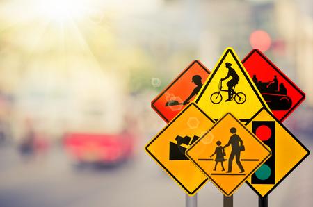 트래픽 경고 로그인에 집합 흐림 트래픽도 [NULL]와 화려한 bokeh 빛 추상적 인 배경입니다. 교통 및 여행 개념의 공간을 복사합니다. 레트로 톤 필터 색상
