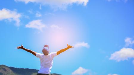 Wohlfühl- und Freiheitskonzept. Kopieren Sie Raum des glücklichen Mannes springend auf Berg. Vintage-Ton Filterfarbe Stil.