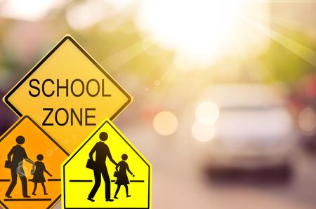 カラフルなピンぼけ光抽象的な背景ぼかし交通道路における学校ゾーン警告サインのセットです。交通空間をコピーして、概念を旅行します。ビン