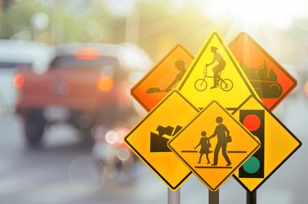 Ensemble de signal d'alerte de trafic sur la route de trafic floue avec un fond abstrait bokeh lumineux coloré. Espace de transport et concept de voyage. Style de couleur rétro effet effet filtre effet. Banque d'images