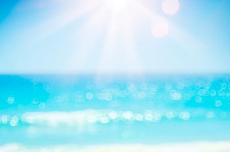Vacaciones de verano al aire libre y concepto de aventura de vacaciones de viaje. Copiar el espacio desenfoque de la playa tropical con la onda de luz del sol del bokeh en el cielo azul y la nube blanca de fondo abstracto. Color de efecto de filtro de tono vintage.