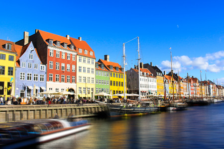 Scenic summer view of Nyhavn pier with color buildings, ships, yachts and other boats in the Old Town of Copenhagen, Denmark. Banco de Imagens