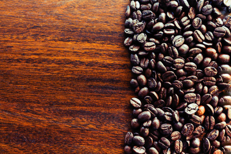Coffee beans on wood background. Banque d'images