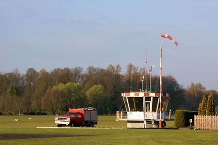 piste atterissage: Control tower and firetruck of a small airstrip Banque d'images