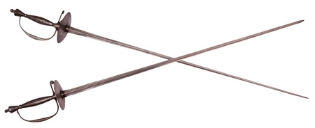 esgrima: Antiguo cruz� estoques aisladas sobre fondo blanco