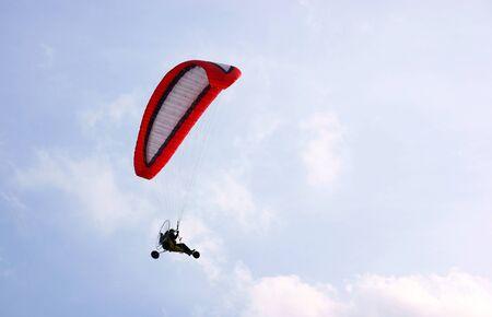 motorised: 3 Rueda motorizada parapent contra un cielo azul Foto de archivo