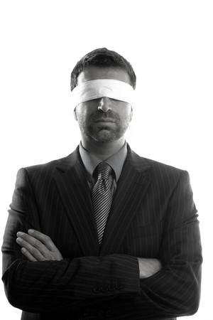 ojos vendados: Los ojos vendados durante empresario fondo blanco, la imagen conceptual