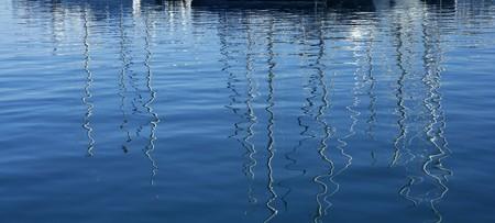 reflexion: Barcos reflexi�n m�s abstracta azul mediterr�neo de agua salada