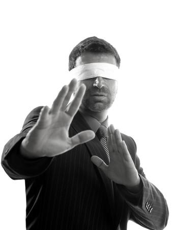 ojos vendados: Los ojos vendados durante empresario fondo blanco, la defensa de artes marciales Foto de archivo