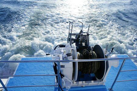 polea: Barco molinete polea y cuerda. Proposici�n de lavado de espuma y por la noche Domingo de reflexi�n Foto de archivo