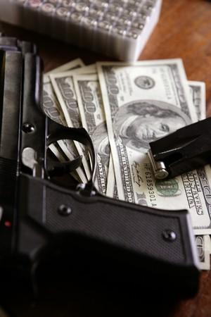 Billetes de dólares y una pistola, pistola de negro, inspiración de la mafia Foto de archivo - 4181359